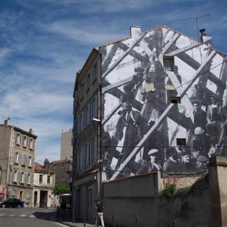 Badauds sur des échafaudages lors d'une manifestation du front populaire, quartier de la bourse. Marseille 1936 102 Rue Loubon